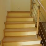 schody drewniane na betonie balustrada metalowa
