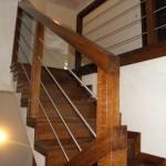 schody drewniane na beton balustrada metal i drewno